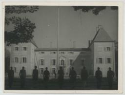 Les Compagnons De France Sous Vichy . Centre De Crépieux-la-Pape . Montée Des Couleurs . Circa 1943 . - Personas Anónimos