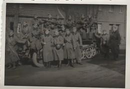 Armée Allemande :  Soldats En Pose Devant Un Char  - Format : 6,2cm X 8,7cm - Guerre, Militaire