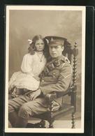 Photo Pc Junger Britischer Soldat In Uniform Mit Mädchen Auf Dem Schoss - Militaria