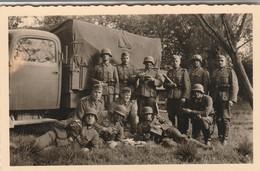 Armée Allemande :  Groupe De Soldats En Pose Devant Camion Militaire - Foto  Gartner Mainz  - Format : 9,5cm X 6cm - Guerre, Militaire