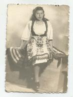 Woman Pose For Photo Hy511-227 - Anonymous Persons