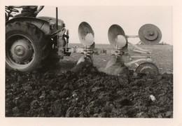 Photo 13 X 9 Cms.  Tracteur Et Les Socs De Sa Charrue Dans Un Prè. - Métiers