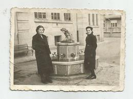 Women Pose For Photo To The Tap Hy415-227 - Anonymous Persons