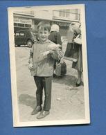 Superbe Photo Format CPA Petit Garçon Sac à Provisions Colombe Sur Le Bras Années 1950 - Anonymous Persons