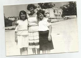 Woman And Girls Pose For Photo Hy457-227 - Anonymous Persons