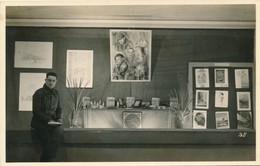 Photo-carte Stalag VIII C Sagan Affiches  Exposition Guerre WWII Bois Le Pretre - Guerre, Militaire