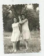 Women Pose For Photo Hy434-228 - Anonymous Persons