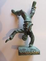 461 - Statuette Laiton Et Vert/noir - Jeune Faisant La Roue - Dusseldorf - Sculture