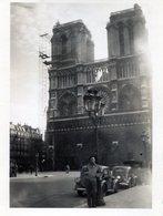 Photo D'un Homme Posant Appuyer Sur Un Luminaire Avec Deux Ancienne Voiture Et Notre Dame En 1943 A PARIS - Anonymous Persons