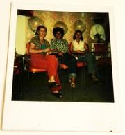 Vieille Photo, Old Photograph, Fotografía Antigua / Polaroid / Filles Dans Un Salon De Beauté, Girls In Beauty Salon - Personas Anónimos