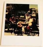Vieille Photo, Old Photograph, Fotografía Antigua / Polaroid / Groupe De Jeunes Sur Une Terrasse, Group Of Young People - Anonymous Persons