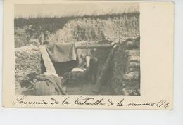 GUERRE 1914-18 - Bataille De La Somme 1916-Carte Photo D'un Agent De Liaison Préparant Le Lit Du Capitaine Dans Tranchée - Guerre 1914-18