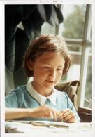 Photo Couleur Originale B.B. Fillette & Son Portrait Au Goûter Ou Devoirs En Décembre 1970 - Anonymous Persons