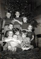 Photo Originale Noël En Famille Nombreuse - Les 9 Enfants Au Pied Du Sapin ! 1960's - Anonymous Persons