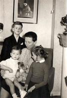 Photo Originale Famille Au Salon Et Ours En Peluche Au Centre Sur Les Genoux De Maman Vers 1960 - Anonymous Persons