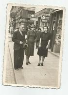 Man And Women Pose For Photo In The City Hy416-228 - Anonymous Persons