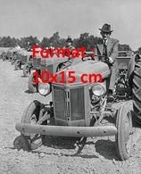 Reproduction D'une Photographie Ancienne De Henry Ford Sur Un Tracteur En Compagnie D'autres Tracteurs - Reproductions