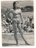 REAL PHOTO Ancienne Bikini Girl On Beach Scene Fillette Et Femmes En Maillot De Bain Sur Plage - Old Orig - Non Classificati