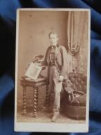 Photo CDV Léopold Dubois à Poitiers - Second Empire Jeune Garçon Présentant Une Gravure, Dédicace Au Dos, Ca 1865 L453 - Photos