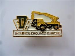 PINS BTP ENTREPRISE DROUARD REGIONS / CAMION GRUE / Signé Prémisto Pin's / 33NAT - Pin's
