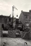 Photo Originale Chantier Entre Construction, Déconstruction & Reconstruction Avec Grue Et Camion Benne 1954 - Métiers