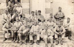 Carte Photo - Soldats Posant Avec Des Inscriptions Sur Les Tablettes - Guerra 1914-18