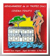 SUPER PIN'S PIN-UPS-CINEMA Pour LA GENDARMERIE De St TROPEZ (Var) En ZAMAC ARGENT Signé CB PARIS 2,7X2,7 - Pin-ups
