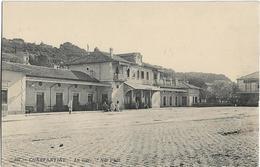 ALGERIE - CONSTANTINE - LA GARE - Quelques Personnes Devant La Gare - Constantine