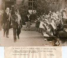 Photo Originale. Ussel . Marechal Petain . Les Enfants Des Ecoles Acclame Le Marechal . Photo De Presse18X24cm - Ussel