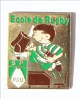 Pin's PAU (64) - ECOLE DE RUGBY Du Stade Pallois - Petit Rugbyman Quittant Son Pupitre - I515 - Rugby