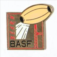 Pin's  BASF BEARN - Section Rugby - Ballon Et Poteaux De Rugby - Opus 99 - I532 - Rugby