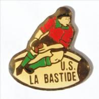 Pin's LIMOGES (87) - U.S DE LA BASTIDE - Le Rugbyman Sur Ballon Ovale - I543 - Rugby