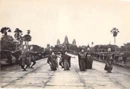 CAMBODGE Cambodia - Danseuses Devant Le Tempe D'ANGKOR VATH - CPSM Noir Blanc Grand Format - Kambodscha - Cambodge