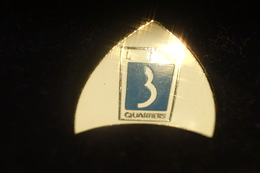 Pin's LES TROIS QUARTIERS - Le Logo - 9 Octobre 1991 - Badges