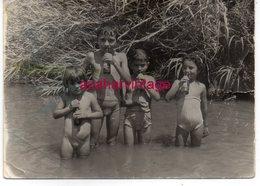 REAL PHOTO, ENFANTS NUS DANS UN FLEUVE, 104X74MM - Personas Anónimos