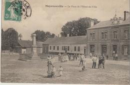 Moyenneville  62   La Place De L'Hotel De Ville Et Le Monument Tres Tres Animée - France