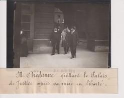 M CHEDANNE QUITTANT LE PALAIS DE JUSTICE APRÈS SA MISE EN LIBERTE  13*9CM Maurice-Louis BRANGER PARÍS (1874-1950) - Fotos