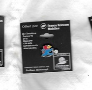 Pin's  Neuf, Sport  Foot - Ball  FRANCE  98  Avec  FRANCE  TELECOM  MOBILES, Mascotte Qui Shoot ( Pointu ) - Football