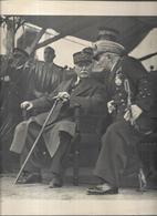 Le Maréchal Pétain Et L'amiral Darlan En Déplacement Assis Sous Abri - Autres