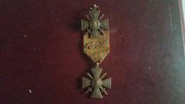 Lot De 2 Croix De Guerre Donc Une Avec Palme Et L'autre Sans Ruban Voir Photo - France