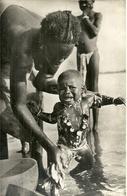 ( AFRIQUE   )  ( NIGER  ) ( ETHNIE ET CULTURE ) TOILETTE DE BEBE AU FLEUVE - Niger