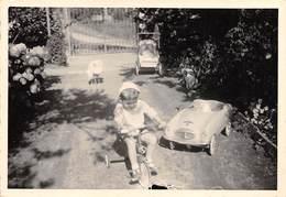 """09406 """"TRICICLO E AUTO A PEDALI - ANNI '50"""" ANIMATA.  FOTO ORIGINALE - Oggetti"""