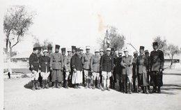 Photographie Noir Et Blanc D'un Groupe De Militaires ( Zouaves Et Légionnaires ) - Dimensions 10.8 X 6.8 . - War, Military