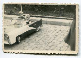 Photo Originale , Souvenir , Enfant En Voiture  Jouet , Dim. 9.0 X 6.0 Cm - Personas Anónimos