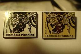 Lot De 2 PIN S. Groupe Idémédia Planning Haute Définition - Medias