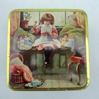 Ancienne Boite NÄHGARNE ( Allemagne) En Tôle Peinte : Petite Fille Cousant Entourée De Ses Poupées - Boîtes/Coffrets