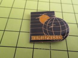 1018c PINS PIN'S / Beau Et Rare : Thème ESPACE / LA TERRE ET LA LUNE HEMISPHERES - Espace
