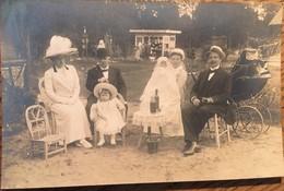 CPA PHOTO De Famille,  Baptème? Les Parents, Le Parrain Et La Marraine Et L'enfant Posent, 1900 à 1920 - Photographs