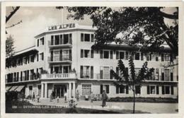 D01 - DIVONNE LES BAINS -  GRAND HÔTEL DES ALPES -Plusieurs Personnes Devant L'hôtel-CPSM Petit Format En Noir Et Blanc - Divonne Les Bains