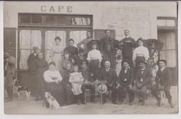 CARTE PHOTO D'UN CAFÉ A SITUER : CLIENTS QUI PRENNENT L'APERITIF EN TERRASSE - CHIENS - MILITAIRES - ZOUAVE - 2 SCANS - - Cafés